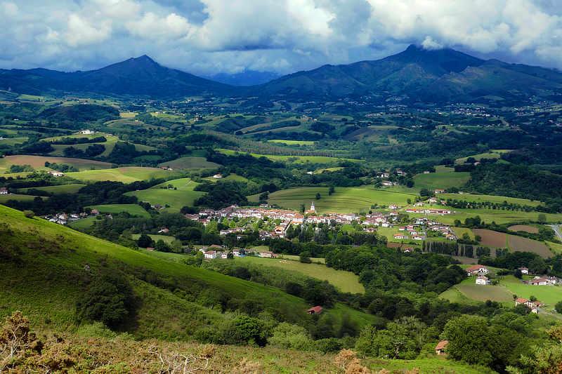 Das Pays Basque mit grünen, rollenden Hügeln. Hier mit Blick auf Ainhoa, eines der typischen Dörfer.