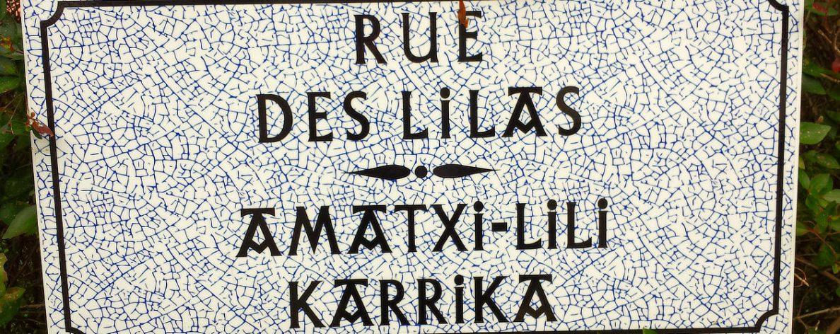 Ein schönes Straßenschild in der Rue des Lilas in Hendaye