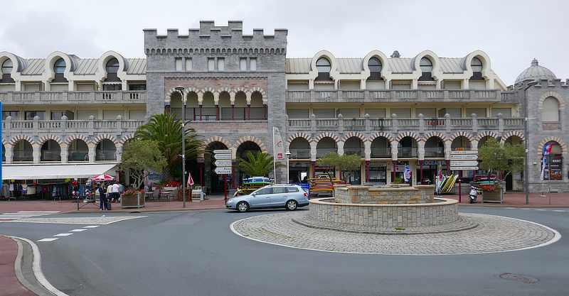 Das Ancien Casino in Hendaye steht direkt am Strand