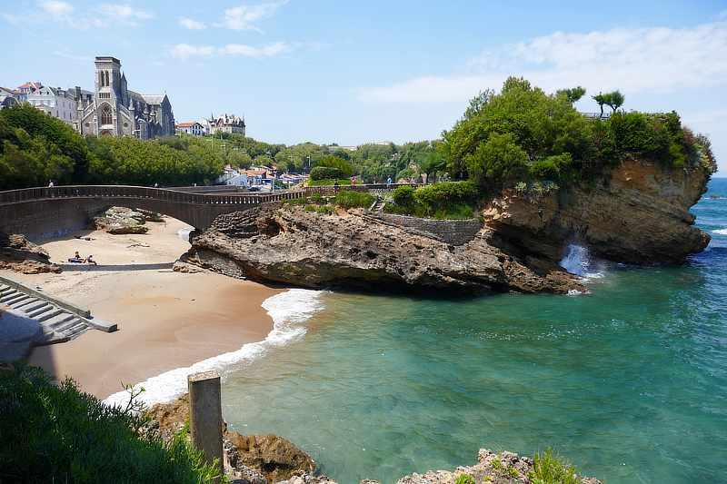 Felsenformationen am schönen Strand von Biarritz