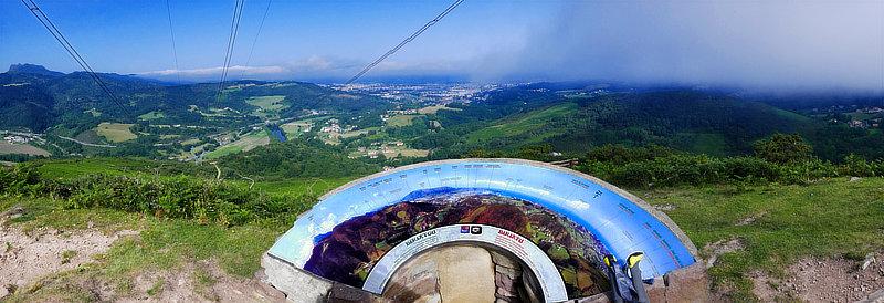 Die Panoramatafel am Rocher des Perdrix (280 m) gibt Orientierung