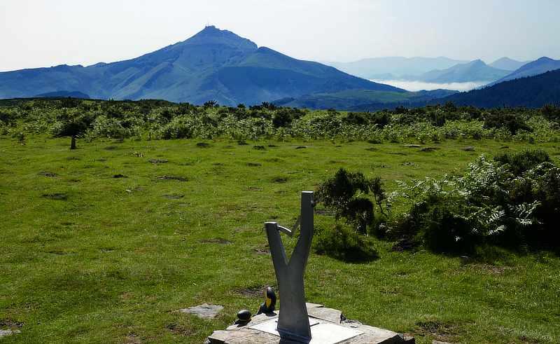 """Blick vom """"Gipfelkreuz"""" des Xoldokogaïna (486 m) auf den La Rhune (905 m)"""