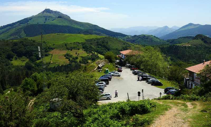 Die Straße an den Ventas d'Ibardin verläuft direkt auf der französisch-spanische Grenzlinie