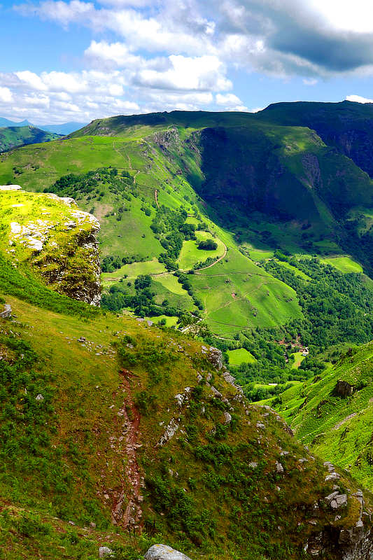 Blick vom Zelaiburuko Lepoa hinab ins Tal von Bidarray